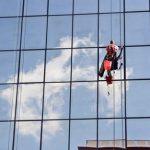 Dịch vụ lau kính tòa nhà – công ty vệ sinh